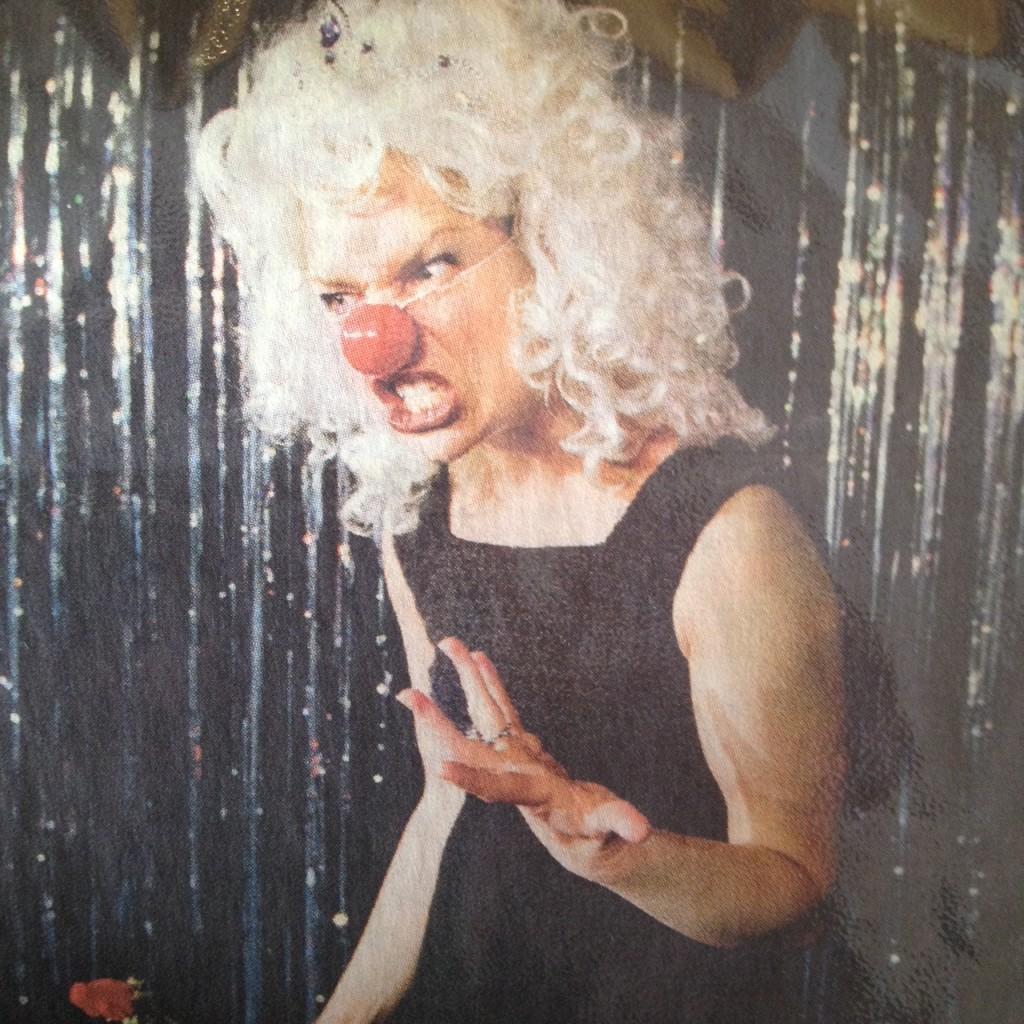 Hanna Lekander som Astrid i Årets Örebroare, en cabaret om vem som äger rätten att yttra sig i det offentliga rummet.